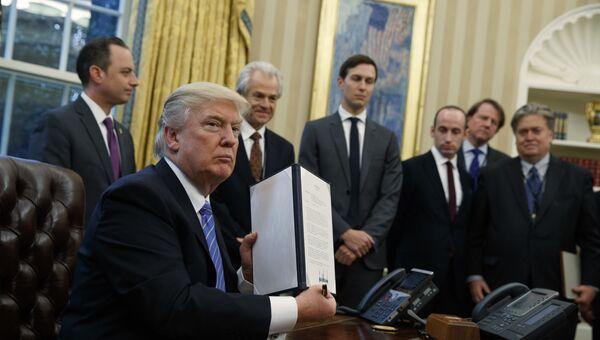 Президент США Дональд Трамп после подписания указа. Архивное фото