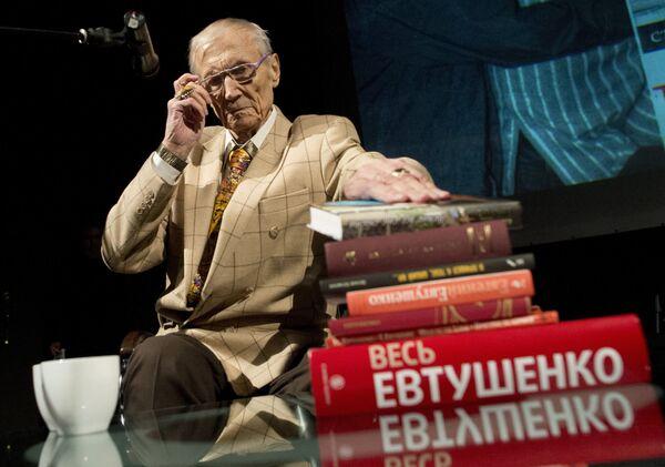 Поэт Евгений Евтушенко на своем творческом вечере в Политехническом музее