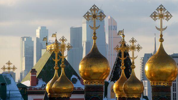 Купола собора Спаса нерукотворного образа (Верхоспасского собора) и небоскребы Москва-сити