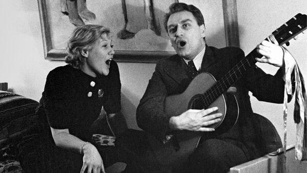 Народная артистка СССР Любовь Орлова и ее муж кинорежиссер Григорий Александров поют песни под гитару у себя дома, 1937 год