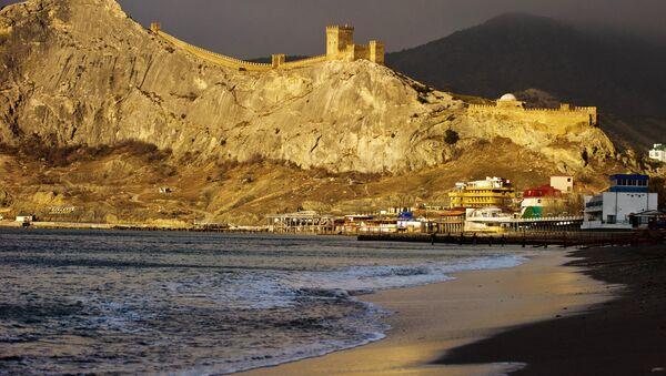 Генуэзская крепость и берег Черного моря на рассвете в Судаке. Архивное фото
