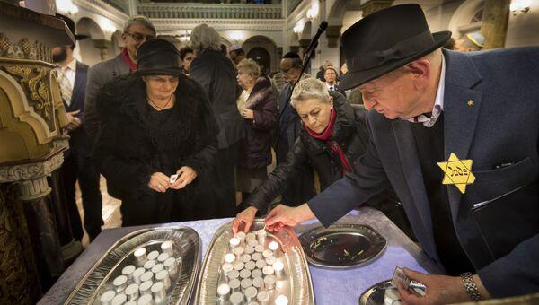 Зажжение свечей в синагоге в день памяти жертв Холокоста, Вильнюс, Литва