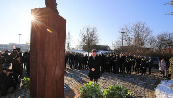Мэр Магдебурга Лутц Трюмпер возлагает цветы у мемориала в Германии