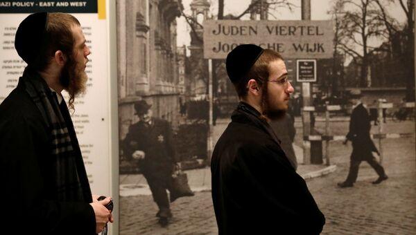Ультраортодоксальные еврейские посетители в мемориальном комплексе истории Холокоста, Иерусалим