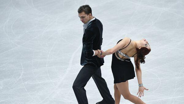 Екатерина Боброва и Дмитрий Соловьев выступают в короткой программе танцев на льду на чемпионате Европы по фигурному катанию в Остраве
