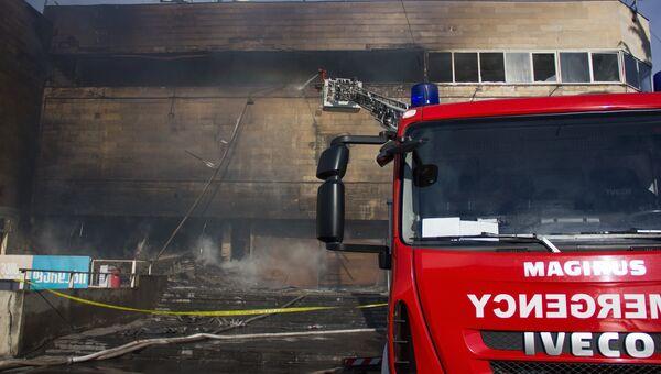 Пожарные тушат здание торгового центра Детский мир в Тбилиси. Архивное фото