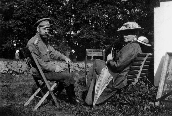 Николай II с супругой в Александровском парке. Царское Село, 1917 год