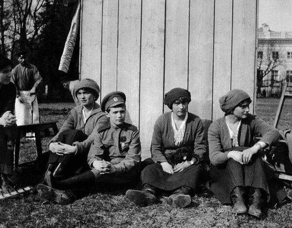 Дочери Николая II и его сын Алексей в Царском селе перед арестом. 1917 год