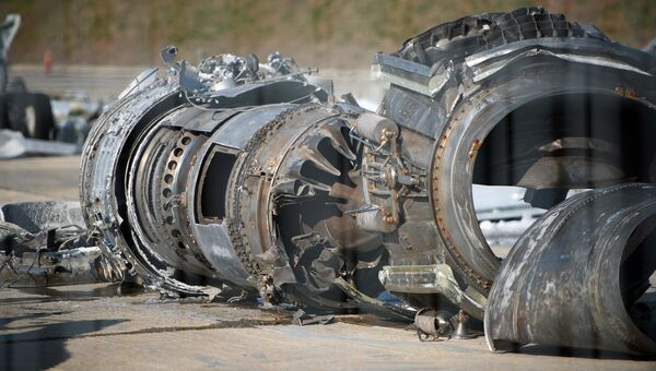 Обломки упавшего у берегов Сочи самолета Минобороны РФ Ту-154, собранные на территории сочинского аэропорта