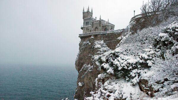 Замок Ласточкино гнездо в Гаспре во время снегопада