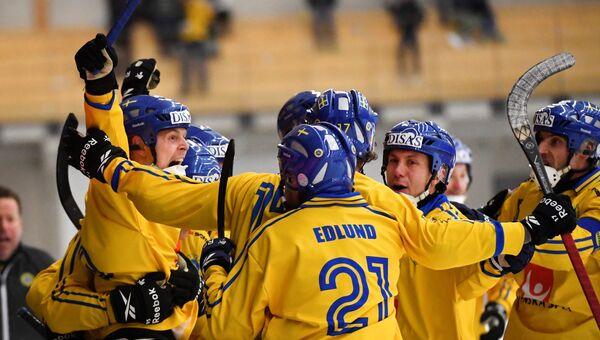 Сборная Швеция радуется победе в финале чемпионата мира по хоккею с мячом