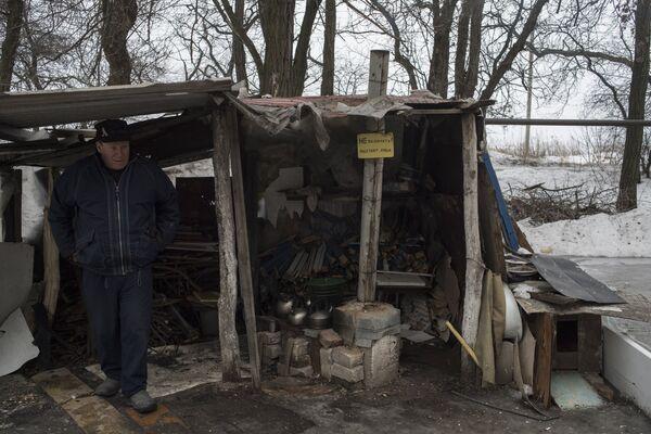 Мужчина у навеса над кухней на улице в Киевском районе Донецка