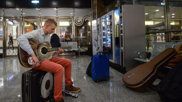 Исполнитель проекта Музыка в метро во время прослушивания
