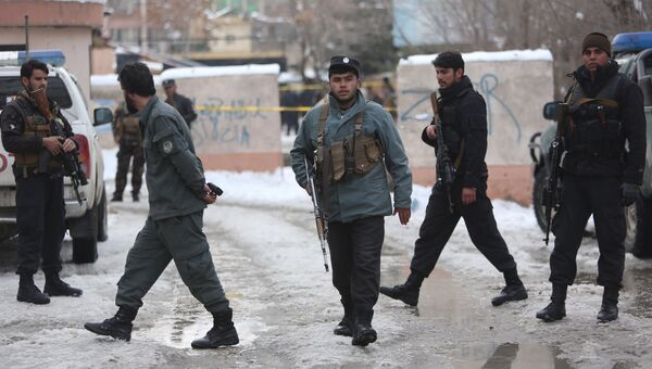 Сотрудники полиции на месте взрыва в Кабуле, Афганистан. 7 февраля 2017