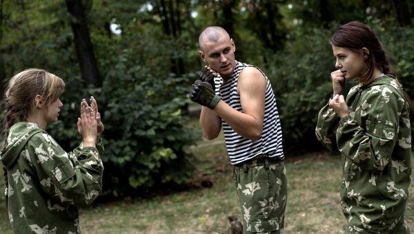 Участники военно-патриотического клуба для молодежи Доброволец в Луганске