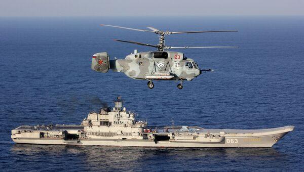Тяжелый авианесущий крейсер Адмирал Кузнецов и вертолет Ка-29 Вооруженных сил РФ в Средиземном море