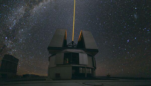 Лазерный луч на фоне Млечного Пути