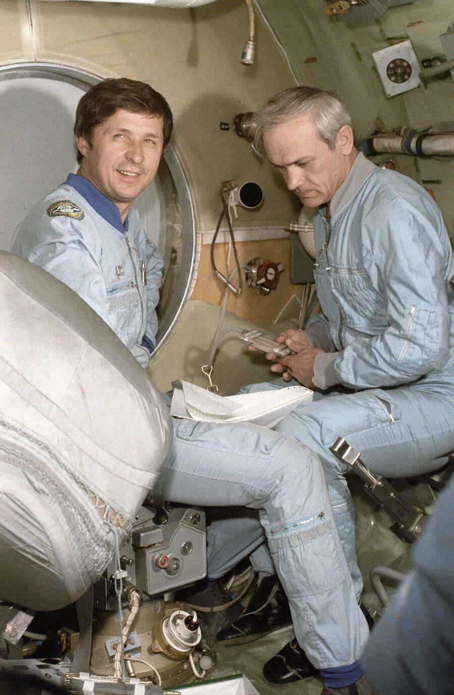 Космонавты Виктор Савиных и Владимир Джанибековтренируются на модели корабля Союз-Т