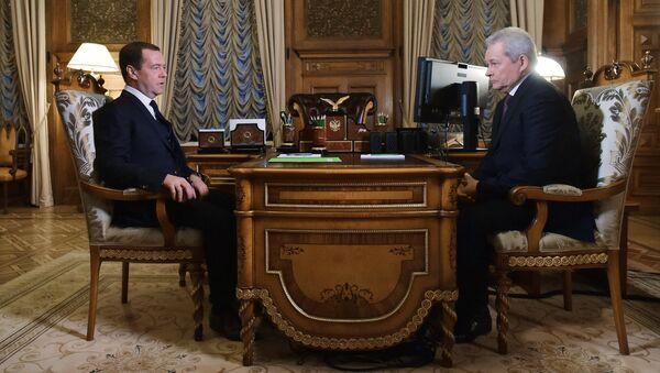 Председатель правительства РФ Дмитрий Медведев и руководитель Ространснадзора Виктор Басаргин во время встречи. 10 февраля 2017