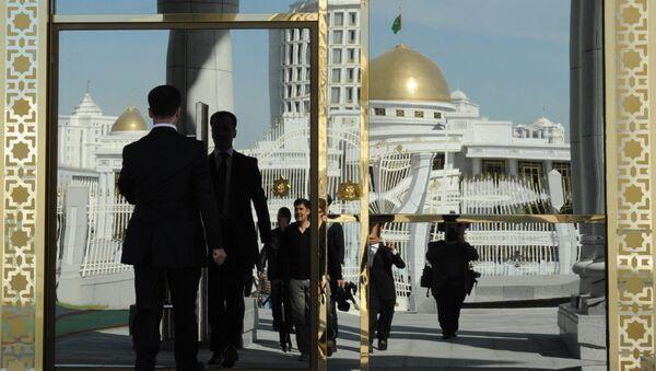 Вход в Президентский дворец в Ашхабаде