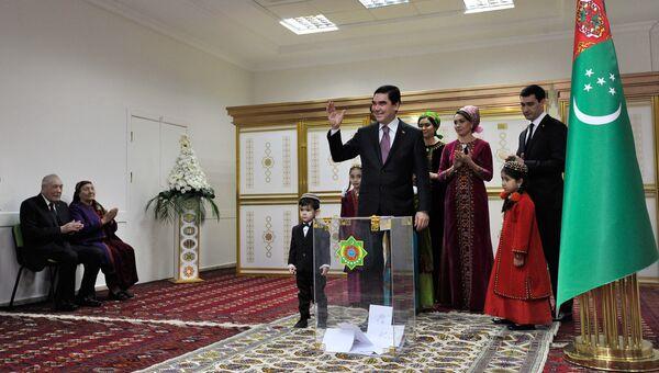 Действующий глава Туркмении Гурбангулы Бердымухамедов на избирательном участке в Ашхабаде. 12 февраля 2017