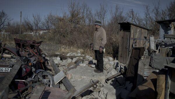 Местная жительница на месте своего разрушенного дома в поселке Новосветловка. Архивное фото