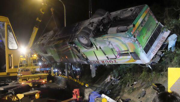 Спасатели на месте опрокидывания экскурсионного автобуса на острове Тайвань. 14 февраля 2017