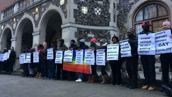 ЛГБТ активисты  пикетируют здание, в котором заседает генеральный Собор Церкви Англии