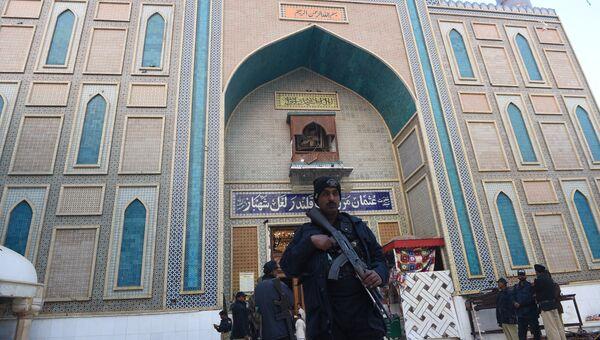 Полиция на месте взрыва на территории комплекса мавзолея Лалы Шахбаза Каландара в Сехван-Шарифе, Пакистан