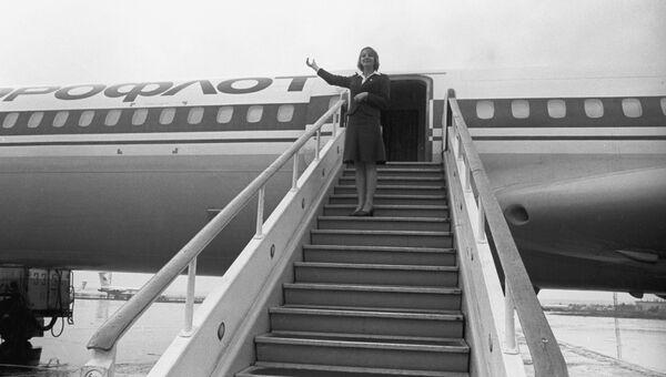 Стюардесса на трапе самолета. Аэропорт Домодедово.