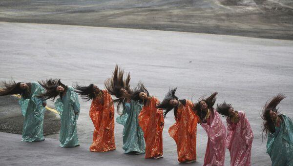 Девушки танцуют на церемонии открытия Международной выставки вооружения IDEX 2017 в Абу-Даби