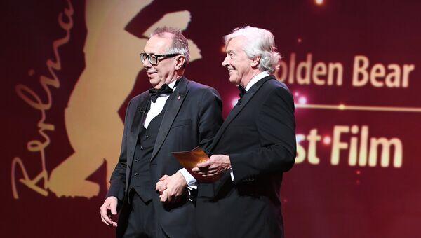Директор Берлинского международного кинофестиваля Берлинале Дитер Косслик и член жюри фестиваля режиссер Пол Верховен на церемонии награждения