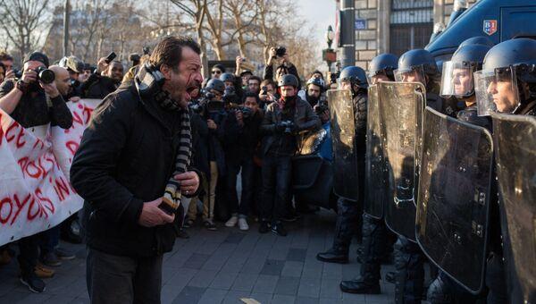 Акция протеста против полицейского насилия на площади Республики в Париже. 18 февраля 2017