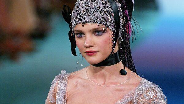 Модель Наталья Водянова представляет коллекцию Кристиана Лакруа во время показа осень-зима 2003-2004 в Париже