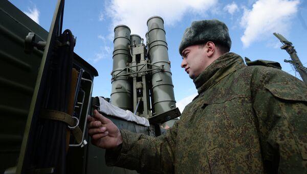 Военнослужащий у зенитного ракетного комплекса (ЗРК) Триумф С-400