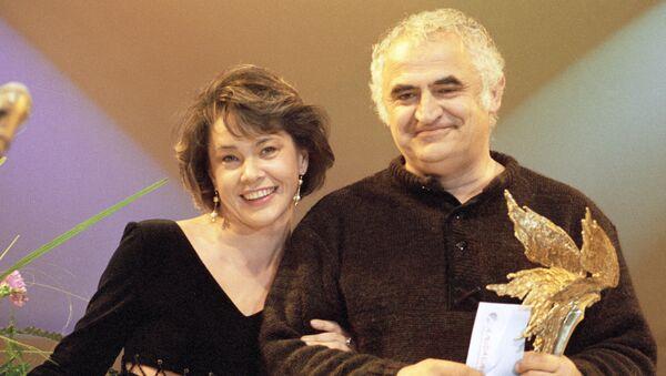 Т. Бабулин принимает поздравления от актрисы Татьяны Догилевой на VI торжественной церемонии вручения профессиональных призов Академии кинематографических искусств Ника