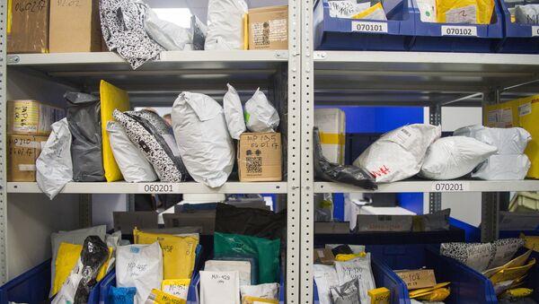 Посылки и бандероли в отделении Почты России. Архивное фото