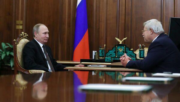 Президент РФ Владимир Путин и губернатор Томской области Сергей Жвачкин во время встречи. 21 февраля 2017