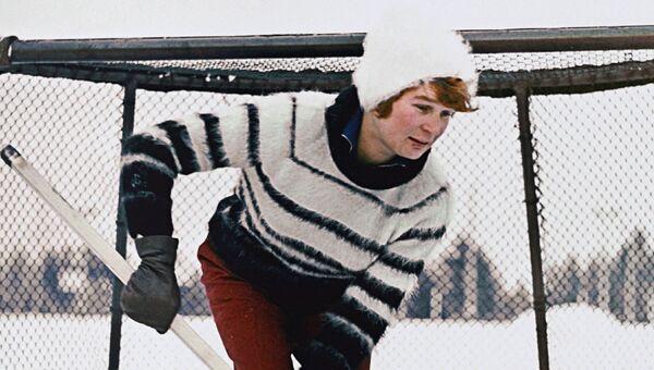 Валентина Терешкова защищает ворота во время хоккейной игры. 1964 год