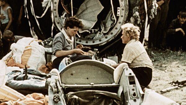 Космонавт Валентина Терешкова записывает в бортовой журнал место и время приземления. Кадр из документального фильма