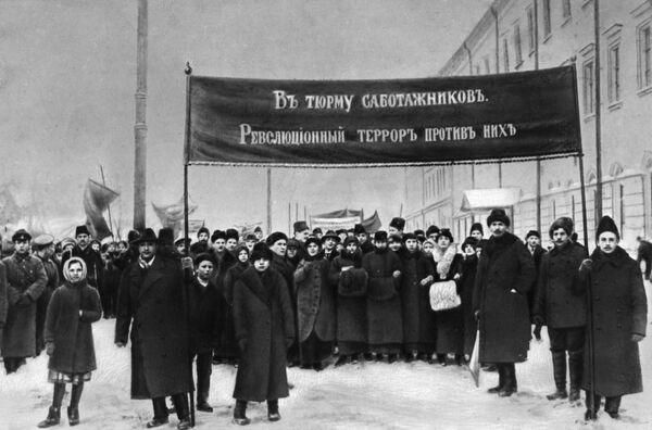 Демонстрация против саботажа чиновников под лозунгом В тюрьму саботажников. Революционный террор против них. Петроград, 1917 год