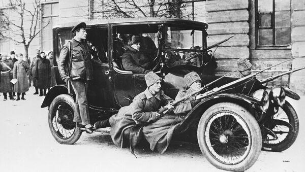 Революционеры на посыльном автомобиле Думы с вооруженной охраной в первые дни Февральской революции