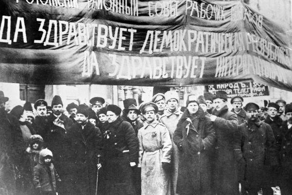 Члены Рогожского Совета рабочих депутатов на демонстрации. 1917 год