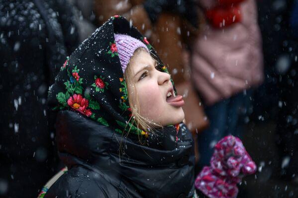 Девочка во время празднования Масленицы в Центре русской культуры Кремль в Измайлово