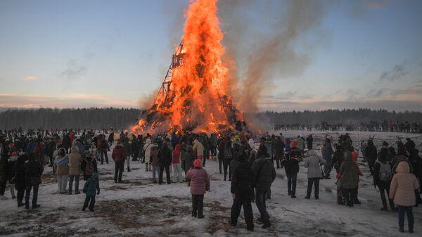 Гости во время сожжения арт-объекта художника Николая Полисского, построенного артелью Никола-Ленивецких промыслов, на праздновании масленицы