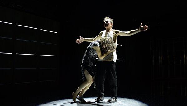 Александр Марин и Яна Сексте в сцене из спектакля Буря. Вариации в театре под руководством Олега Табакова