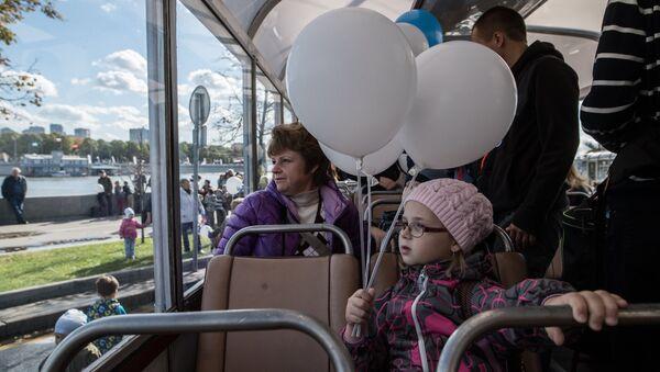 Пассажиры в салоне ретро-троллейбуса во время праздника московского троллейбуса. Архивное фото