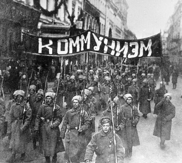События Октябрьской социалистической революции в Москве. Колонна революционно настроенных солдат с лозунгом Коммунизм идет по Никольской улице. 1917 год