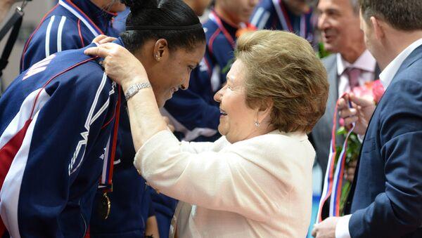 Наина Ельцина награждает команду Доминиканской Республики, занявшей третье место в матче Международного турнира на Кубок первого президента России Б.Н. Ельцина по волейболу
