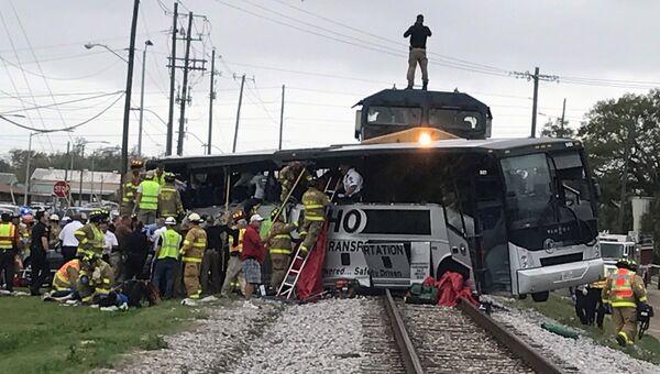 Столкновение товарного поезда с автобусом в Миссисипи. 8.03.17